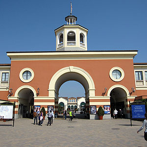 How to go and book a direct bus to serravalle outlet for Outlet design milano
